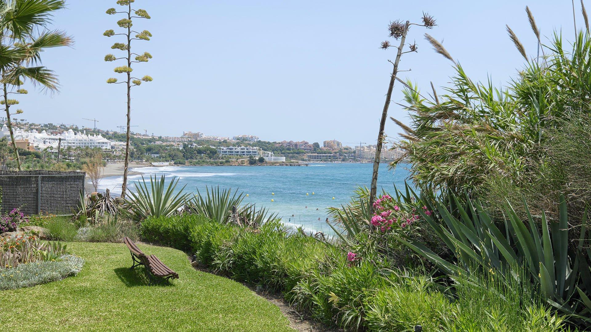 Bahia Azul: Beachfront townhouse in West Estepona