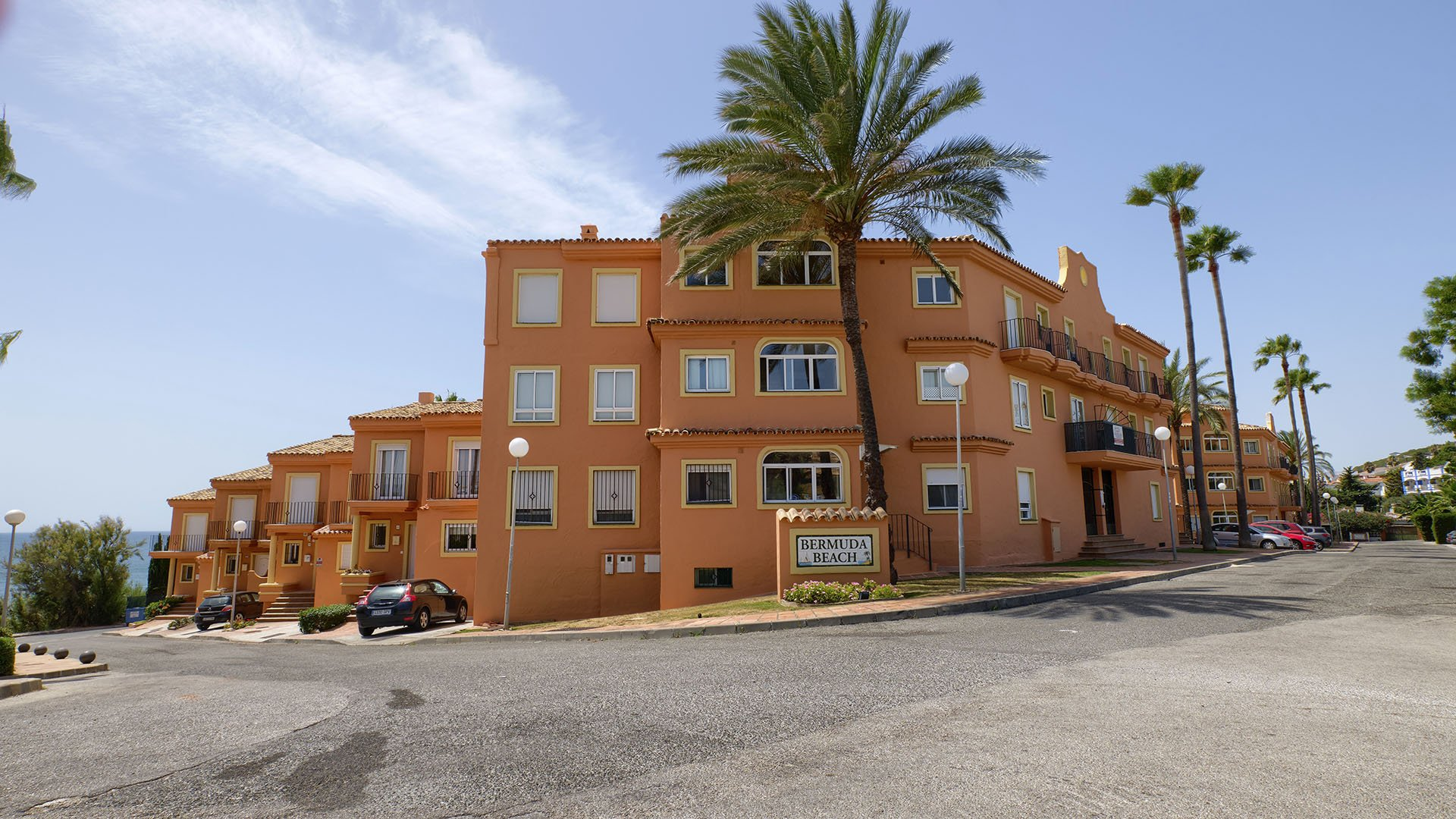 Bermuda Beach: Frontline beach apartment in Estepona