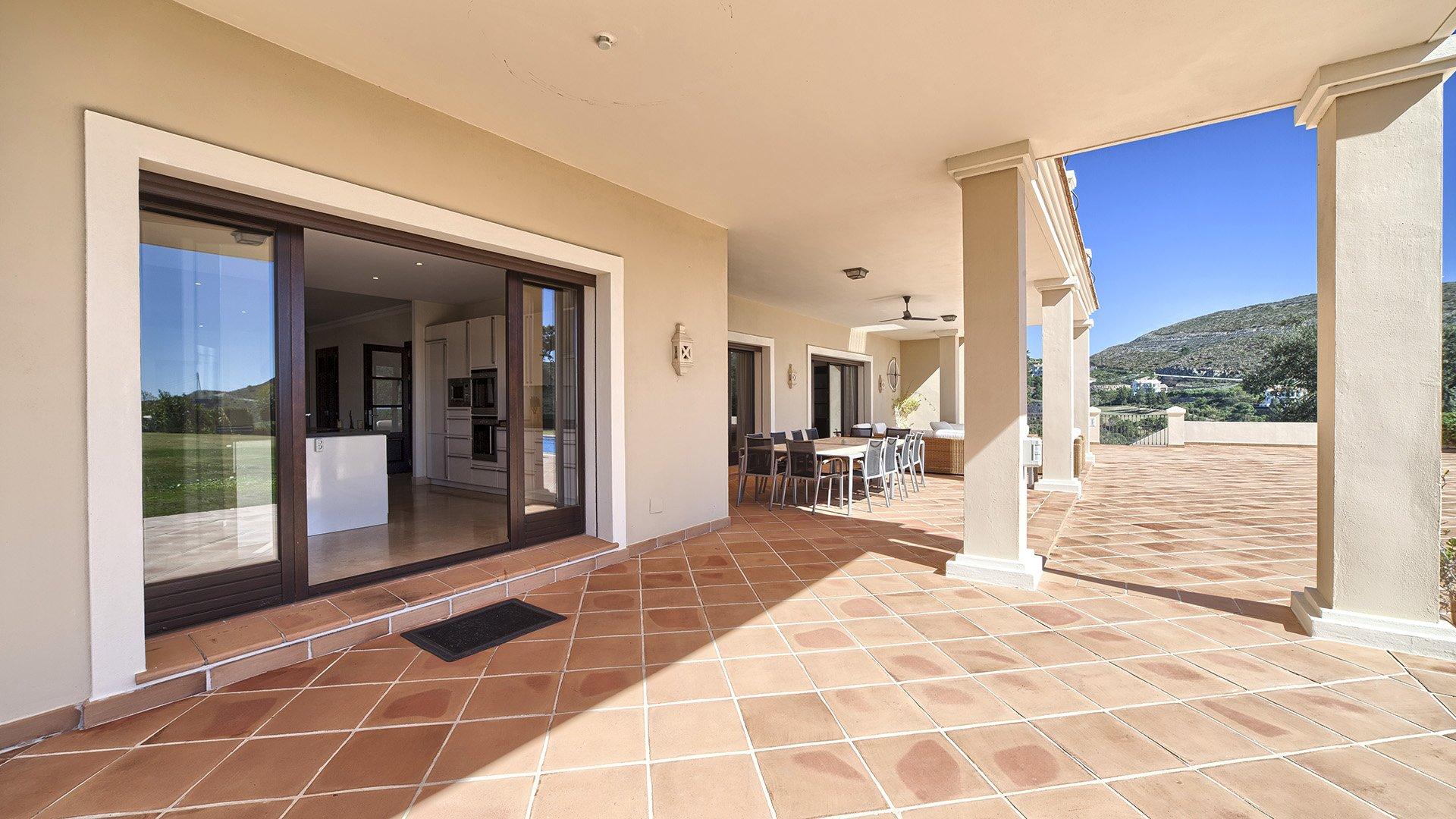 Casa del Amarillo: Stylish villa in the hills of Monte Mayor