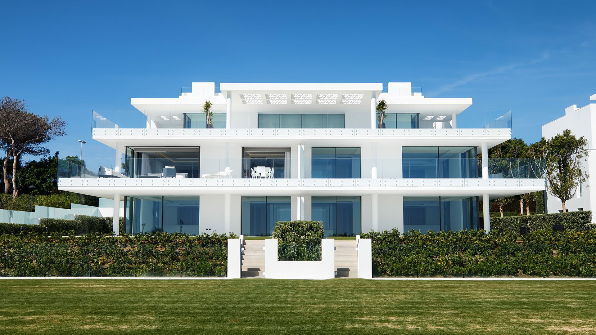 Emare: Luxueus eerste lijn strand begane grond appartement