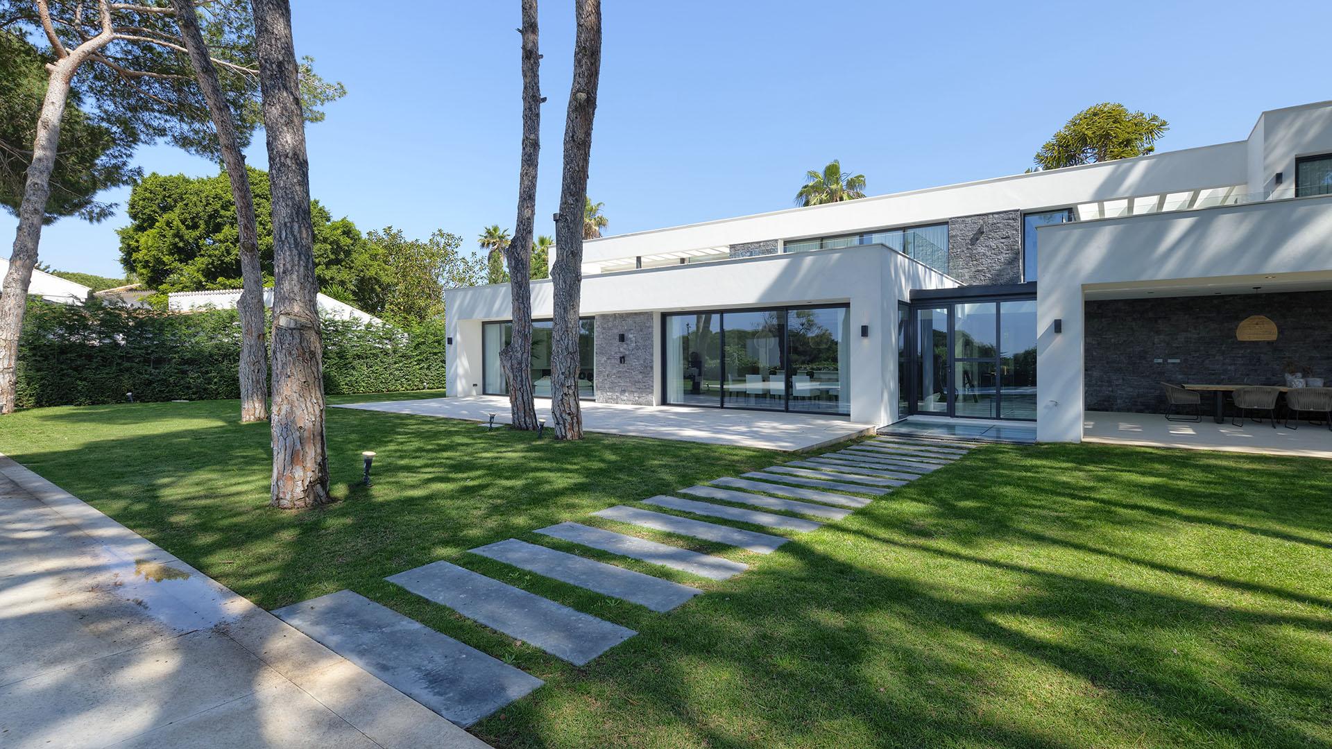 Villa Artola Baja: Luxury front line beach villa in Cabopino, Marbella