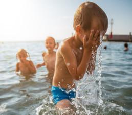 kinderen jongen zee uai